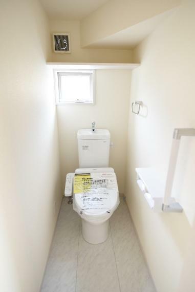 快適な温水洗浄便座付き。小窓付きで通気性もあります。