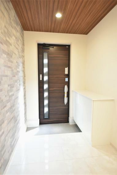 明るく開放感のある玄関。アクセントクロスがおしゃれな空間を演出!