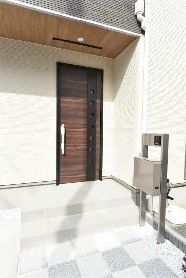 断熱玄関ドア、鍵は防犯性に優れたディンプルキー採用!