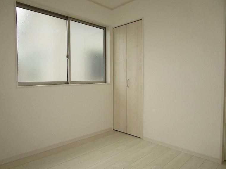 洋室 2階 北東側 4.5帖の洋室 (2021年5月25日撮影)