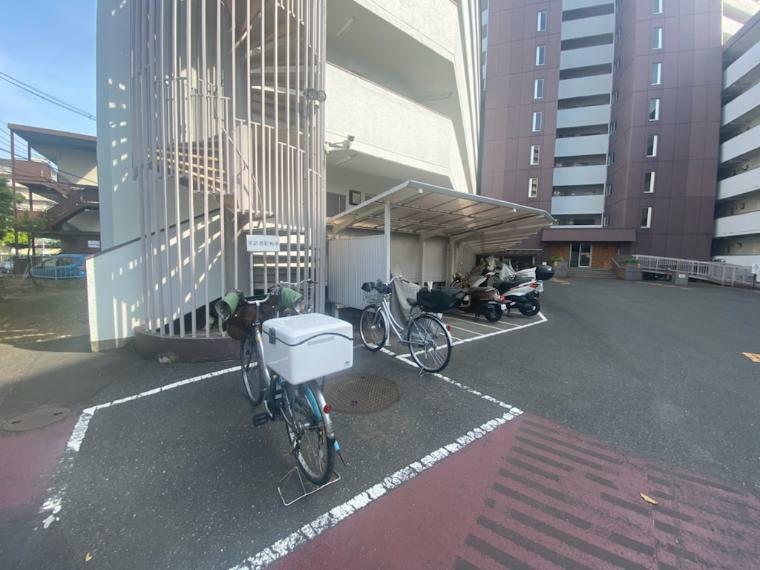 外観写真 管理人室横には駐輪場があり、より安心感もありますね!