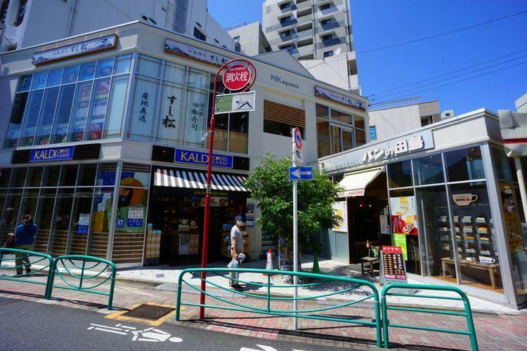 スーパー 駅前の複合店舗には、ネタが大きく脂乗りも鮮度も良好な「すし松」に、懐かしのコッペパン「パンの田島」おなじみの「カルディ」があります。