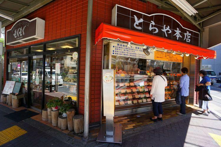 とらや、もぐもぐ 街のお肉屋さん「とらや」は揚げ物やちまきも人気、お肉への愛情もたっぷりなお店です。「もぐもぐ」はソーセージだけでなく、ぜひハムもおつまみに!