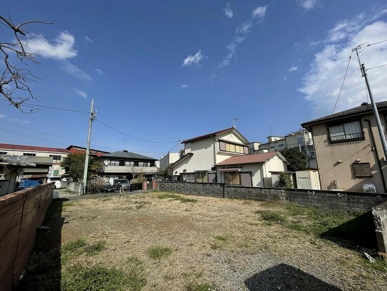 現況写真 低い建物が多く、落ち着いた雰囲気の街並みです。