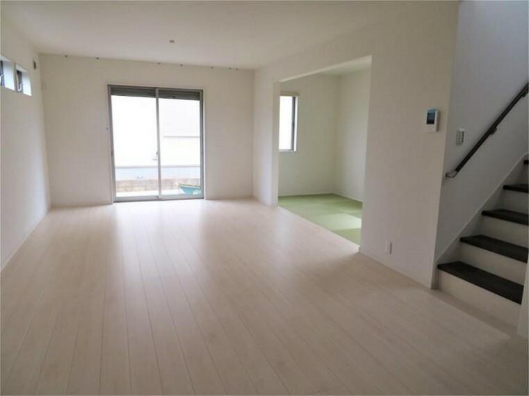 居間・リビング 家族とのコミュニケーションも取りやすいリビング階段【同社施工例写真】
