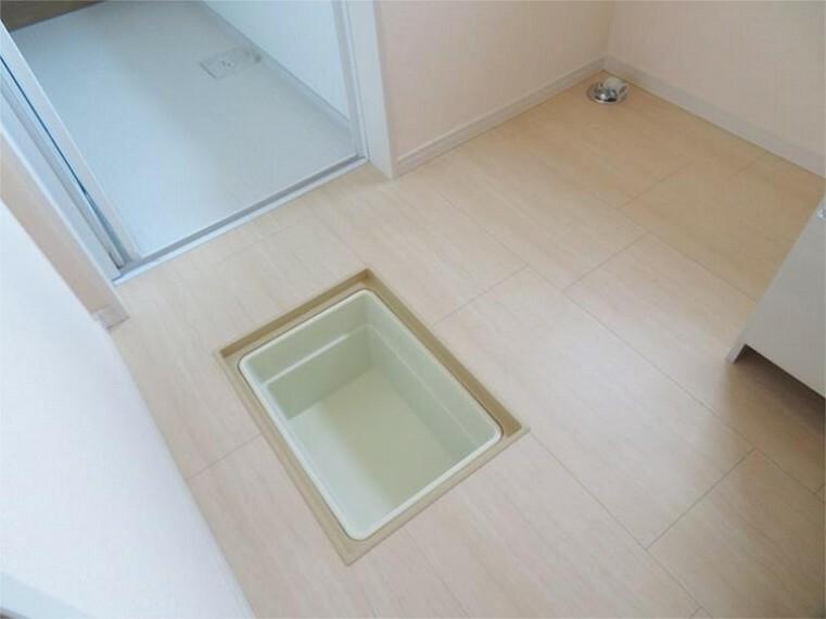 専用部・室内写真 点検口を兼ねた床下収納庫。人目に触れられたくないものの隠し置場としても最適 【同仕様】