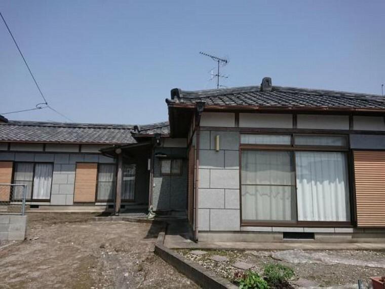外観写真 【4月2日撮影・リフォーム前写真】これから外壁、屋根塗装を行いきれいに仕上げていきます。