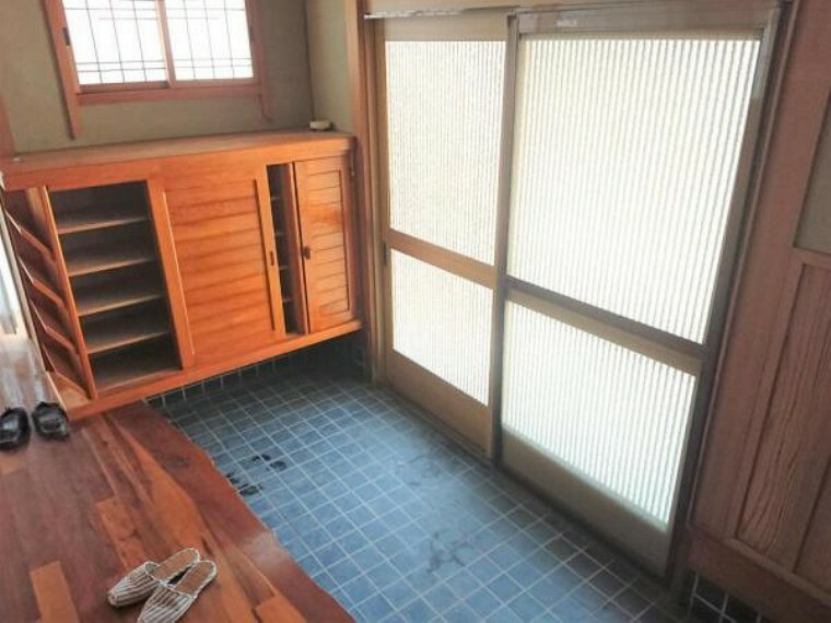 玄関 【4月2日撮影・リフォーム前写真】玄関の写真です。これからクロスの張替、シューズボックスの新設を行います。玄関が広いと開放感があっていいですね。