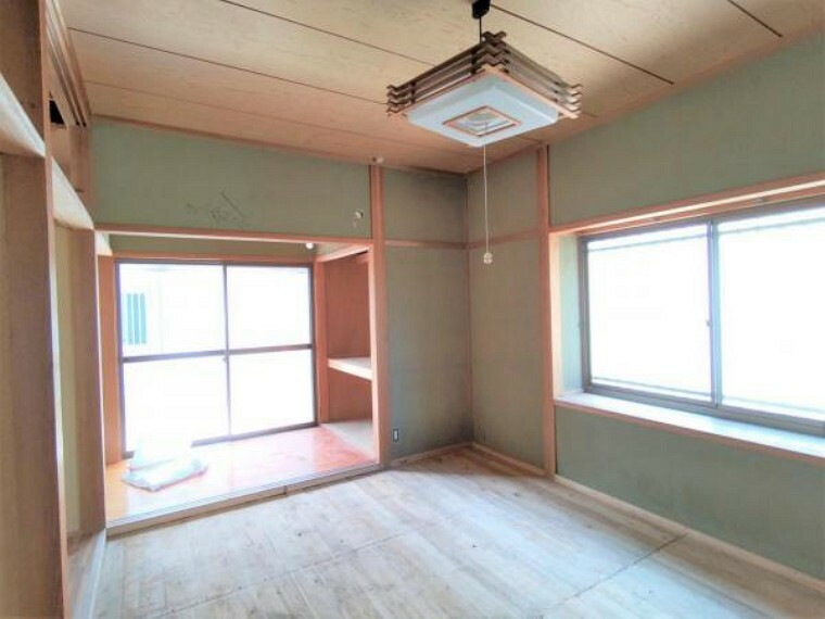 【5月29日撮影・リフォーム中写真】北西側の洋室です。フローリング、壁・天井のクロスの張替えを行います。押入れからクローゼットに変更します。衣類や生活用品など大容量に収納することが可能になります。