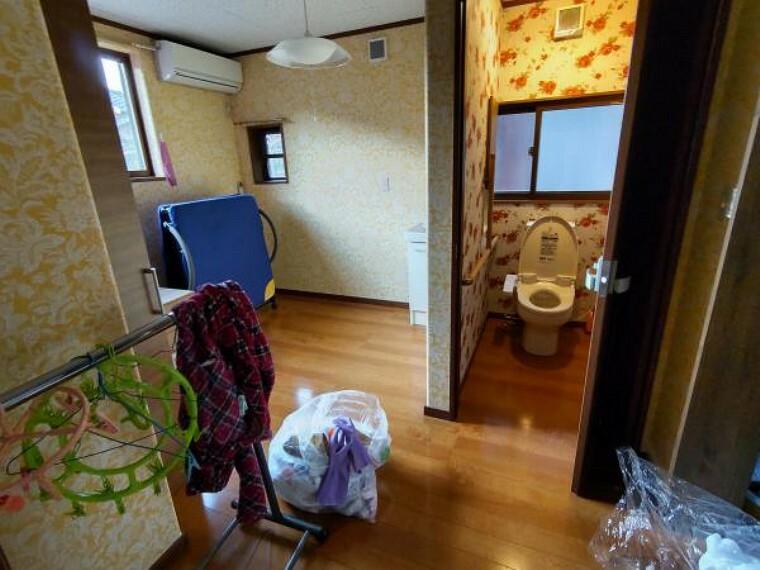 トイレ 1階のトイレです。大きなウォークインクローゼットがついた広い洋室に面しています。※残置物は撤去します。