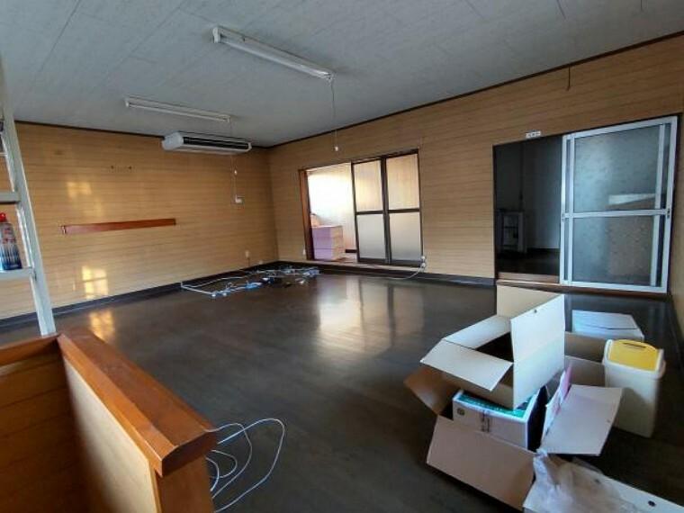 洋室 元は事務所として利用されていた2階のお部屋です。フラットでかなり広く、洗面所も完備されています。※残置物は撤去します。