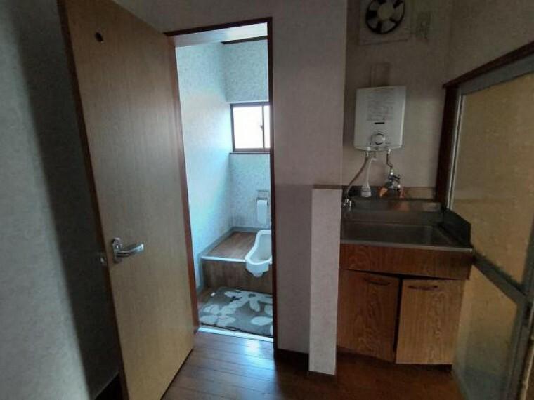 洗面化粧台 元事務所に完備された洗面室です。和式トイレのすぐ隣は給湯器つきの小さなシンクがあります。※残置物は撤去します。