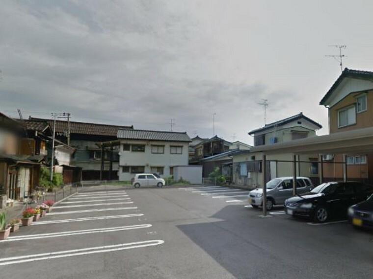 駐車場 こちらは駐車場の様子です。しっかり区画された駐車場には20台の車が停められます。