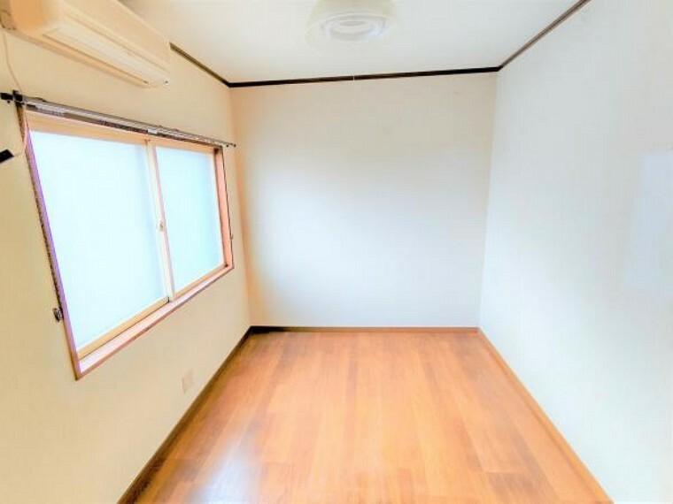 【リフォーム前】こちらは現在の1階東側洋室です。今回のリフォームでクロス張替え、照明交換などを行います。朝日が差し込む明るい洋室になります。