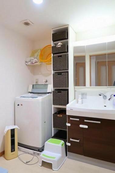 洗面化粧台 キャビネット付きの洗面室、忙しい朝にも便利なシャンプードレッサー