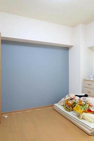 寝室 ブルーのアクセントクロスがおしゃれな寝室