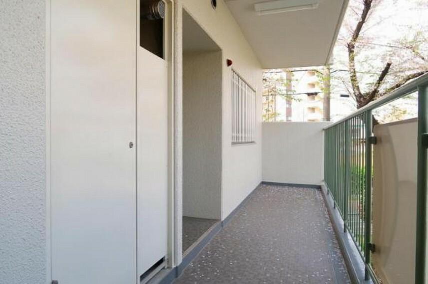 現況写真 角部屋で玄関前は他の居住者が通ることなくプライベート感があります。