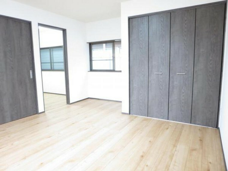 【リフォーム済】2階9帖の洋室は床のフローリング施工、壁・天井のクロスを張替え照明新設しました。南側に窓があり日当たり良好のお部屋です。床は住友林業クレスト製のキズが付きにくくワックス不要でお手入れ簡単な床材を使用しています。
