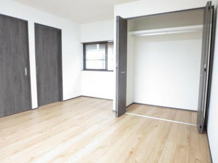 収納 【リフォーム済】2階9帖洋室にクローゼットを新設しました。枕棚、パイプハンガー付きで衣類等の収納に便利です。南北に窓があり風通しも良好です。