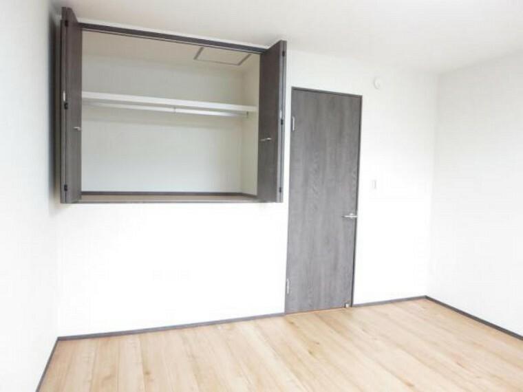 収納 【リフォーム済】2階8帖洋室の収納です。建具類は新規交換済みです。枕棚もあるのでしっかりと収納ができます。