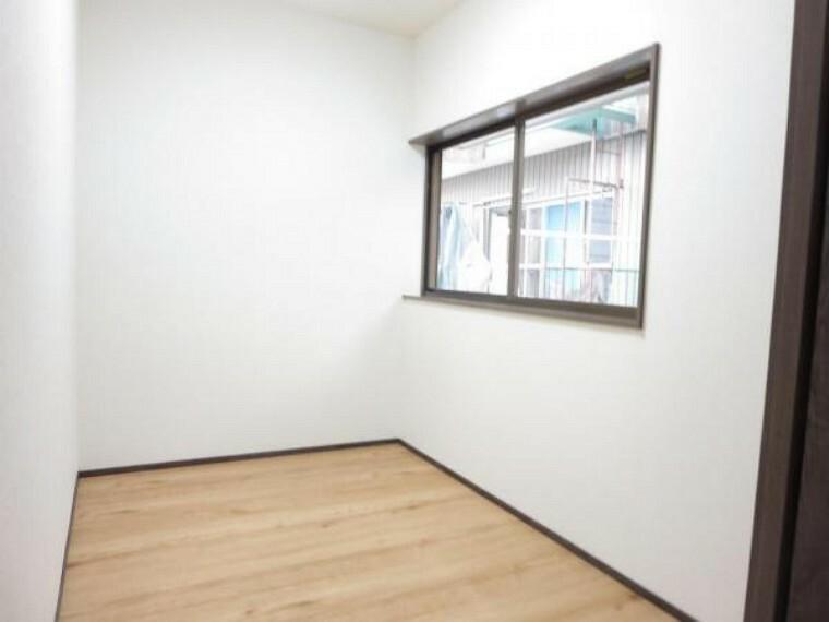 収納 【リフォーム中】2階納戸は床のフローリング施工、壁・天井のクロスを張替え照明新設を行いました。窓やコンセントもありますので書斎として使うこともできますね。