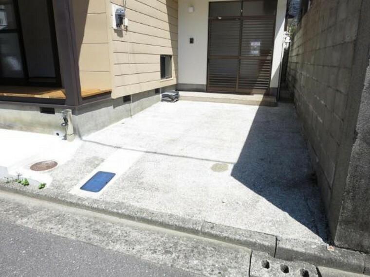 駐車場 【リフォーム済】駐車場は普通車1台駐車可能です。外水栓がありますので、家で洗車などもできますね。前面道路は一方通行で交通量も少なめです。
