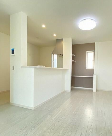 居間・リビング 同仕様写真。対面式キッチンを中心としたリビングダイニングで家族の会話が弾みそうです。