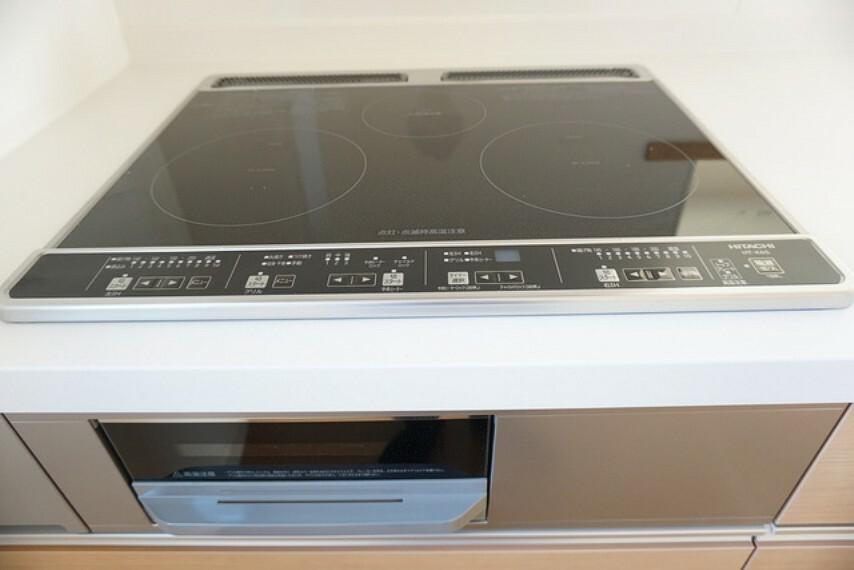 キッチン 同仕様写真。汚れてもサッとふける、お手入れのしやすいIHクッキングヒーター。オール電化なので経済的。