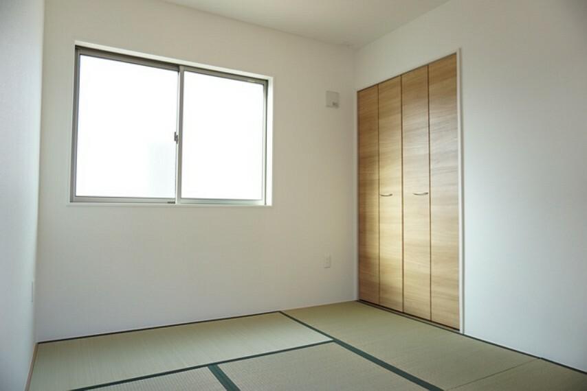 居間・リビング 同仕様写真。独立している和室は来客時の寝室や接待部屋など様々な使用用途で活躍しそうです。