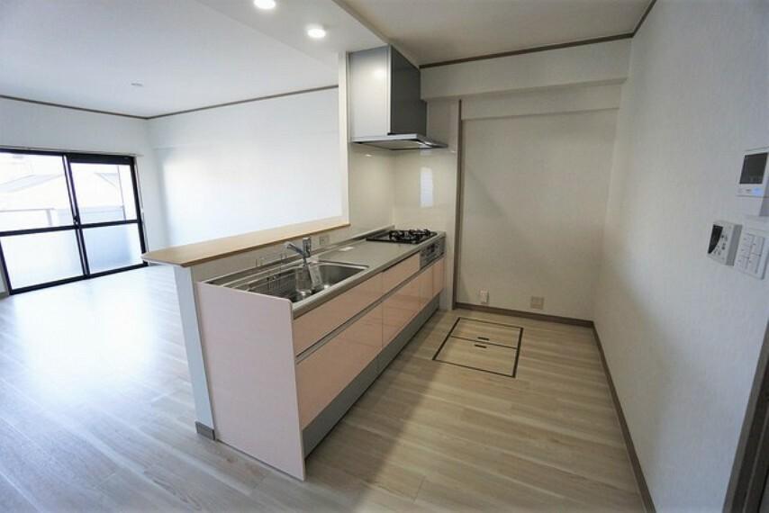 キッチン 対面式カウンターキッチンでお子様の様子が見守れます。キッチンは幅広で食器棚などを設置できるスペースも確保。家事の効率の良い設計になっております。