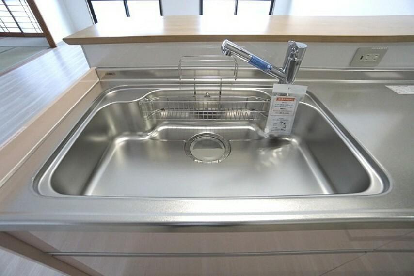 キッチン 幅の広いステンレス製シンクで洗い物が楽々^^ステンレス製でお掃除も簡単です。