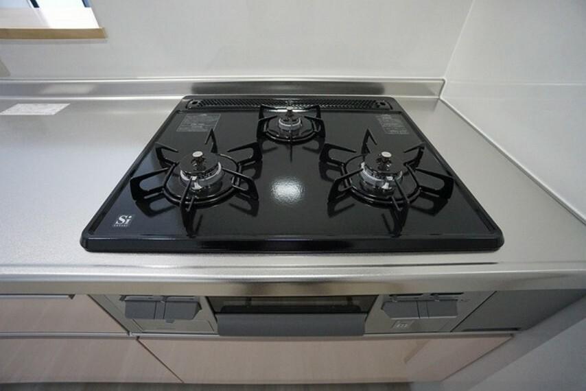 キッチン 3口コンロなので、効率よくお料理が楽しめます。毎日のお料理も楽しくなりますね。
