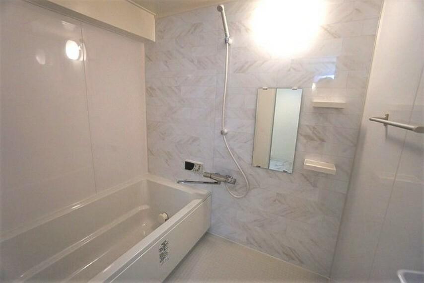 浴室 1日の疲れを癒すバスルームは足を伸ばしてもゆったりと入れるサイズです。お子様と一緒にお風呂に入っても狭くないですね。