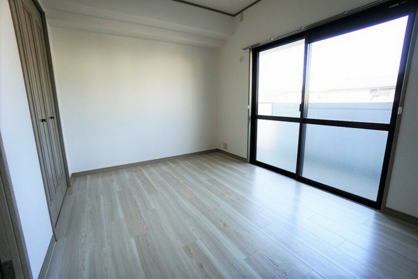寝室 6.2帖の明るい雰囲気の寝室です。ダブルベッドも余裕で配置できます。