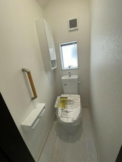 トイレ 3号棟 2階トイレ トイレは1,2階の2か所にございます。嬉しい棚付きです。