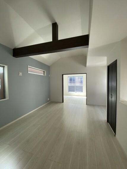洋室 3号棟 LDK 吹き抜けの天井となっており解放感があるリビングです。