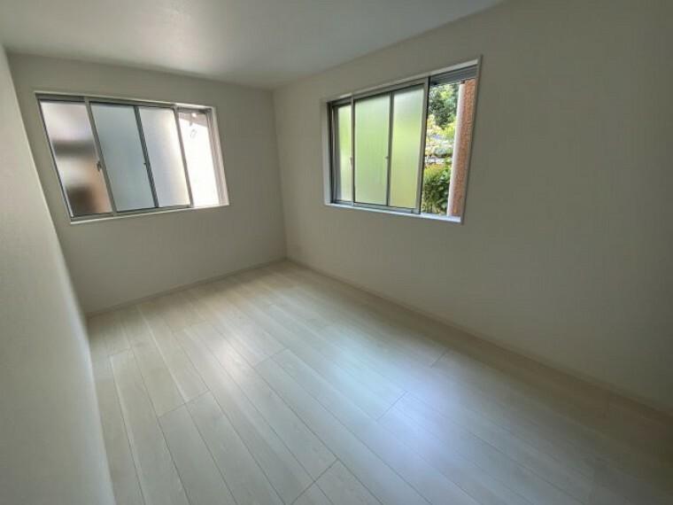 洋室 3号棟 1階居室 隣地が離れており1階も明るい空間となっております。