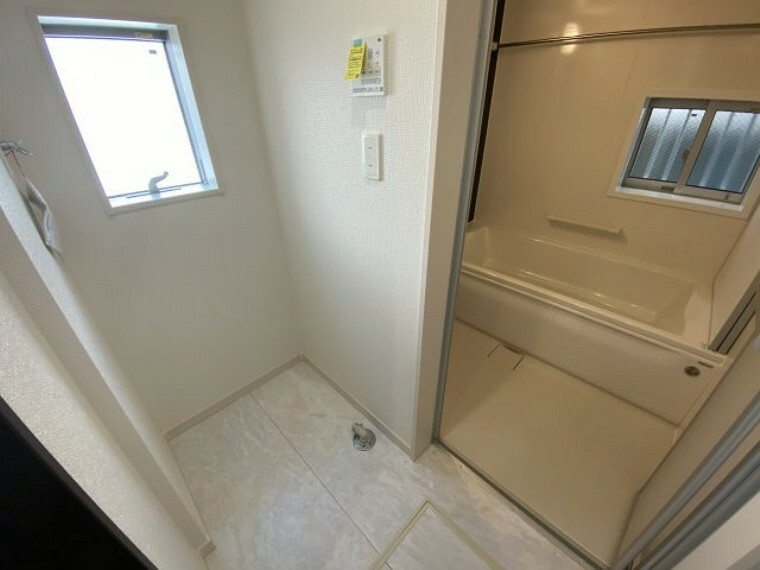 脱衣場 3号棟 脱衣洗濯室 脱衣室、お風呂には窓が付いております。