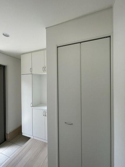 玄関 玄関に収納があるとコート掛けや収納に便利ですよね