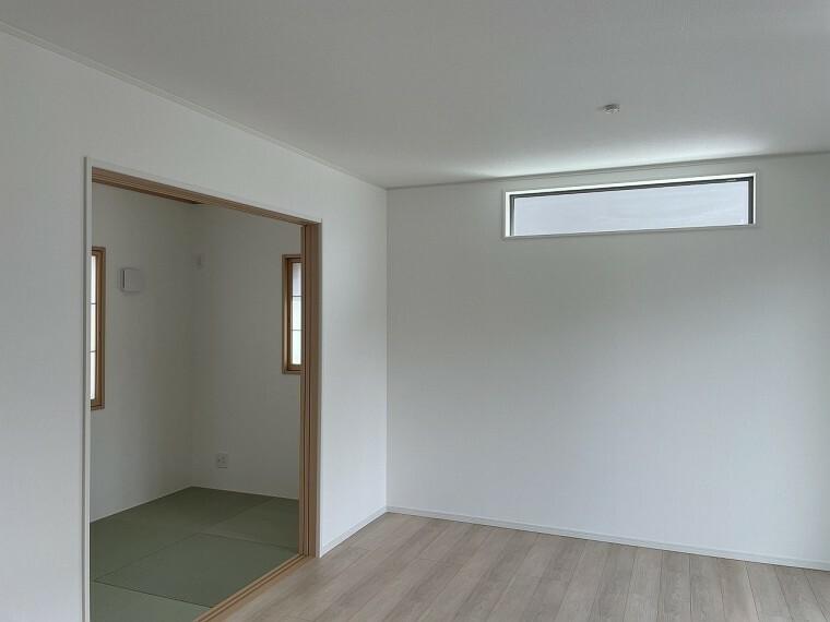居間・リビング リビングから続く和室はゴロンと横になれて便利。小さいお子様のお昼寝にも助かりますね。
