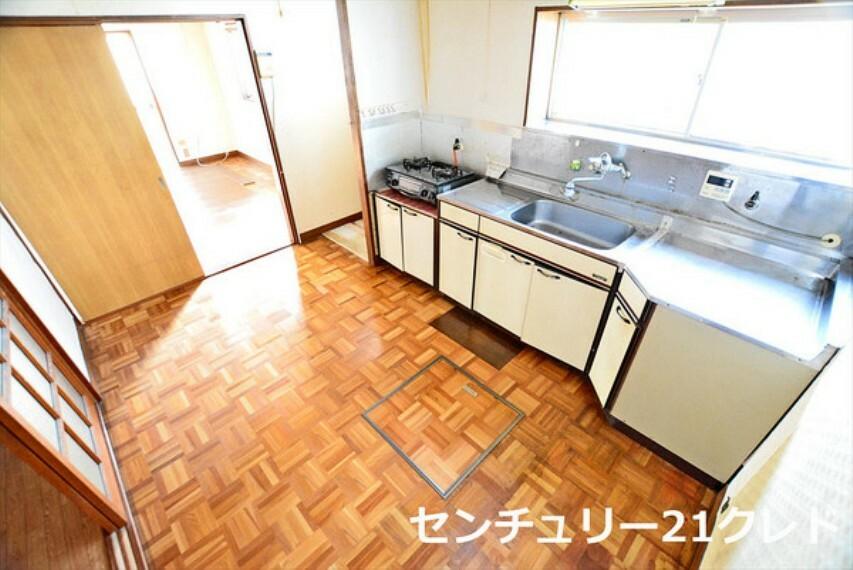 キッチン 横一列にシンクとコンロをまとめたシンプルなキッチン! 広く解放感あるスペースを確保しております。 勝手口を備えた動線良好な仕様です。 センチュリー21クレドまでどうぞ!