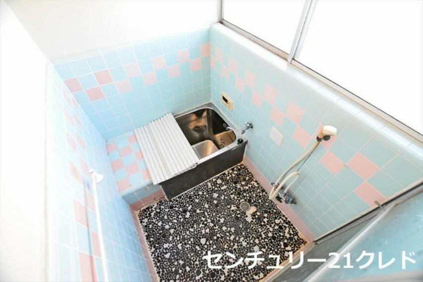 浴室 浴室は湿気がたまりやすく、換気扇だけではどうしてもカビが出やすい場所です。 窓があるだけで明るくお風呂のカビ防止になります! 内覧のご希望他、詳細はお気軽にお問合せ下さい!
