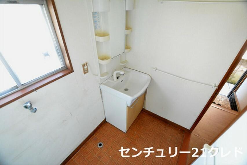 洗面化粧台 お家の中でも特にプライベートスペースとなる洗面所は、洗濯場所と浴室を同じ空間でまとめております。 居室からも独立しており、プライベート空間を保ちます!