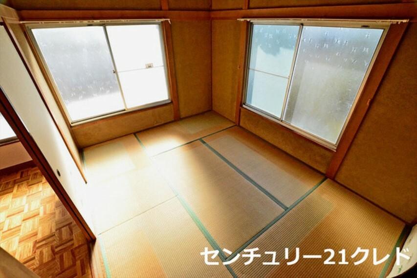 和室 2面採光で明るい空間! 寝室としてはもちろんのこと、来客時は客間としても重宝します! 心身ともに快適に過ごすことのできるお部屋です!