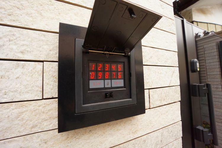 戸建てには珍しいボタン式の電子ロックを採用しています