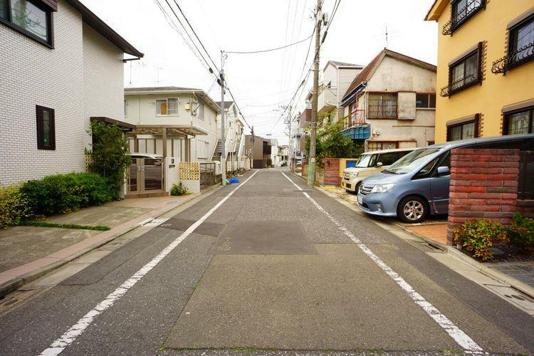 現況写真 道幅6mと広い前面道路。これなら車庫入れもストレスなく楽々です。