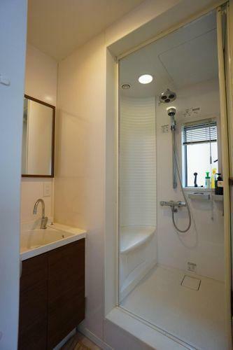 3階にはシャワー室があります。ご主人さまのお帰りが遅いときはご家族を起こさないようにコチラを利用して下さい