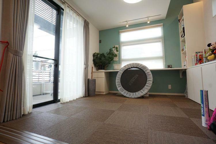 寝室 3階洋室には大きめの窓を配置して日当たりと風通しがしっかりと確保されています。