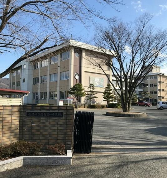 中学校 福島市立第一中学校まで約1400m(徒歩18分)。身近な距離で、部活動で帰りが遅い日の下校も安心ですね。(2021年3月撮影)