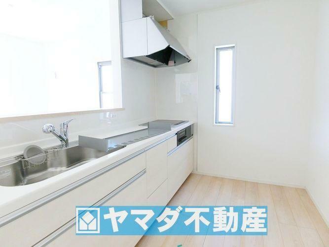 キッチン IHクッキングヒーターです。汚れてもサッとひと拭きでキレイになります!グリルも付いています。
